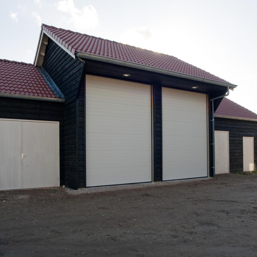 Loods met grote deuren gerealiseerd door ABS Bouwsystemen