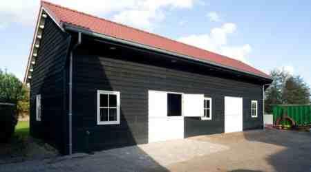 prefab paardenstal met sectionaaldeuren