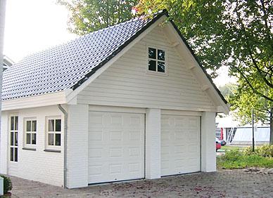 Witte garage gebouwd door ABS Bouwsystemen